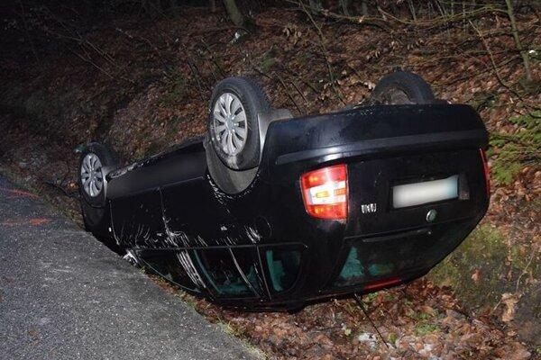 Auto skončilo na streche, vodič v policajnej cele.