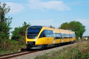 Žlté vlaky premávajú na trati od roku 2012.