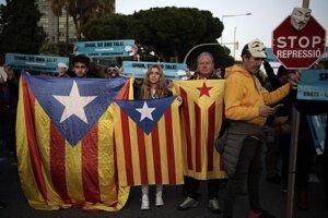 Demonštrácia pred štadiónom Camp Nou za nezávislé Katalánsko pred El Clásicom Barcelona - Real Madrid.