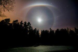 Výherca v kategórii Astronómia: Mesačné halo nad lesným jazerom pri bieloruskom meste Mogilev.