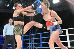 L. Cmárová (vpravo) v ringu so srbskou súperkou M. Bjergoličovou.