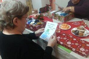 Seniori si otvorili balíčky od neznámych ľudí