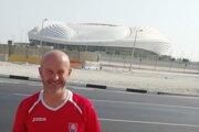 Róbert Fabíny pred novým štadiónom Al Wakrah, kde sa v roku 2022 odohrajú MS vo futbale.