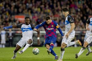 Lionel Messi (uprostred) a jeho strelecký pokus v zápase proti Deportivo Alaves.