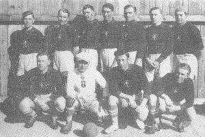 ZTK Zvolen, víťaz Zvolenského okrsku SsFŽ 1930. Zľava stoja Močáry, Vlach, Nejezchleba, kapitán P. Midriak, Makóni, Lenčo, Ertl. Zľava dole Futák, Fašanga, J. Midriak, Hraško.