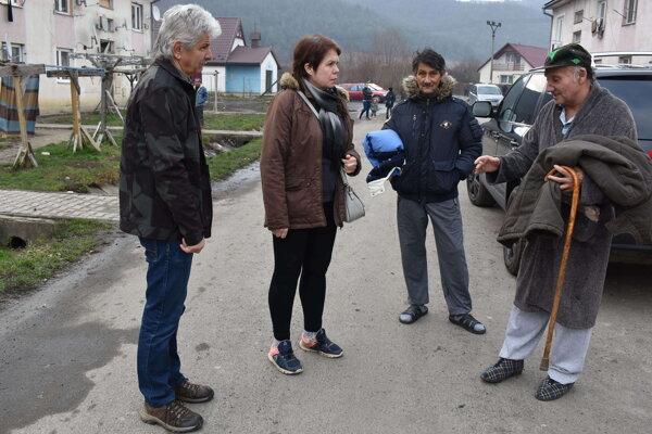 Manželia Kočanovci prišli do osady s granulami, ale priviezli aj zimné šatstvo.
