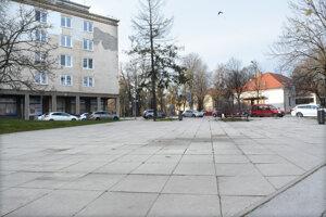 Mestský podnik chce redukovať vydláždené plochy v parkoch na Komenského a Moyzesovej.