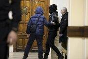 Ruská Federálna bezpečnostná služba odvádza jedného z podozrivých.