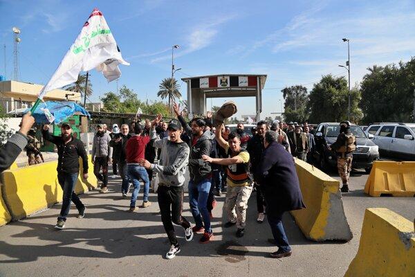 Protesty pred americkou ambasádou v Bagdade pokračovali aj v stredu.