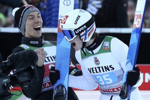 Marius Lindvik (vpravo) po výhre v Garmisch-Partenkirchene 2020.
