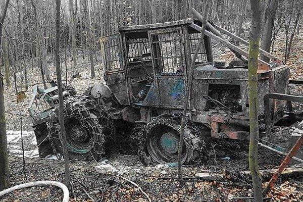 Zhorený traktor