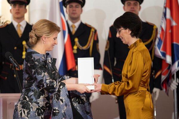 Zuzana Mistríková si preberá vyznamenanie Rad Ľudovíta Štúra II. triedy.