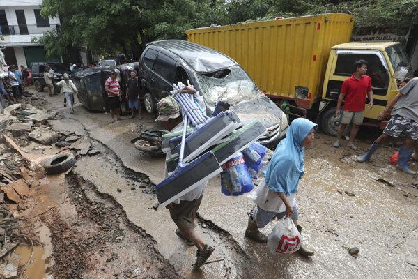 Povodňami postihnutí obyvatelia mesta Bekasi na Západnej Jáve.