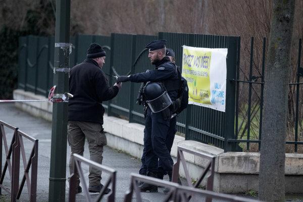 Útočník pobodal v Paríži niekoľko ľudí.