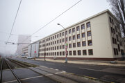 Budovu zváračského ústavu stále obkolesuje lešenie.