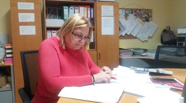 Eva Ondrušková, riaditeľka charity vČadci. Počas nášho rozhovoru niekoľkokrát zvoní telefón, riaditeľka rieši umiestnenie ľudí, pre ktorých nemá miesto, či vysvetľuje klientom, ako majú užívať lieky. Práca vcharite je nepretržitá.