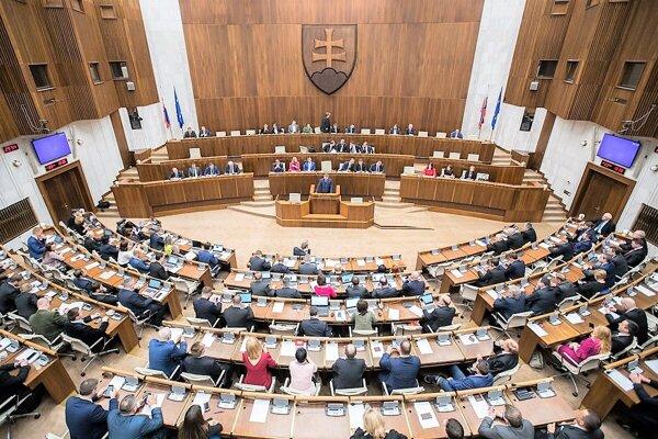 V Národnej rade Slovenskej republiky zasadá 150 poslancov.