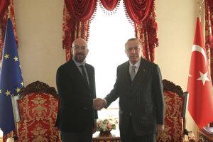 Predseda Európskej rady Charles Michel (vľavo) a turecký prezident Recep Tayyip Erdogan počas stretnutia v Istanbule 11. januára 2020.