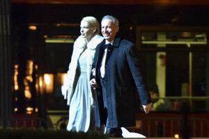 Václav Mika prichádza s priateľkou Kristínou