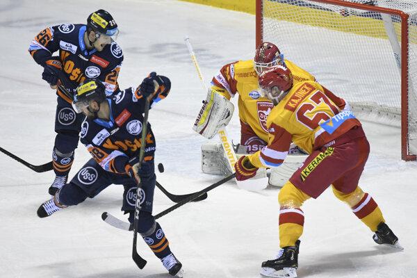 Košickí hokejisti si po víťazstve nad Trenčínom udržali vedúcu priečku v tabuľke.