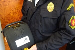 Mestská polícia vo Zvolene má defibrilátor.