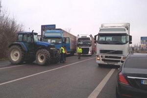 Blokáda priechodu v Šahách sa začala vo štvrtok 5. januára. Autodopravcovia blokovali hraničný priechod aj v piatok.