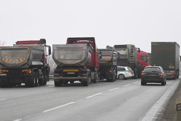 Blokáda cesty pri slovensko-maďarskom hraničnom priechode Milhosť - Tornyosnémeti.