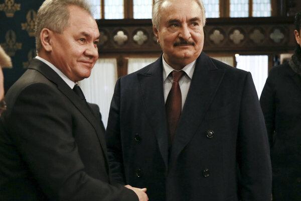 Zľava ruský minister obrany Sergej Šojgu a líbyjský poľný maršal Chalífa Haftar.