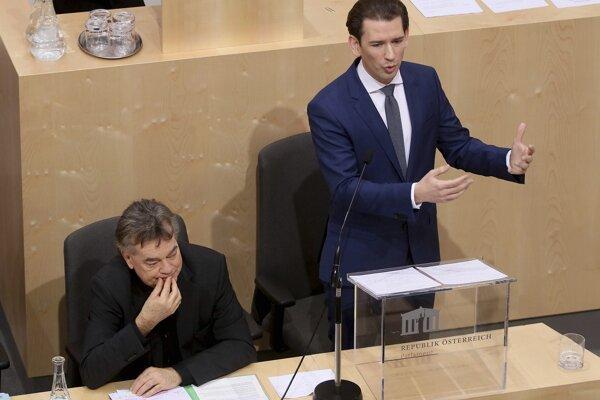 Rakúsky kancelár Sebastian Kurz (vpravo) a rakúsky vicekancelár Werner Kogler.