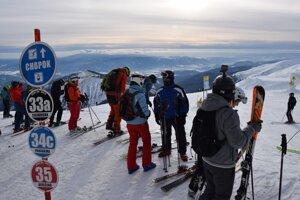 Podľa zatiaľ nepotvrdených informácií sa tragický stret lyžiarov stal v stredisku Jasná na južnej strane Chopku.