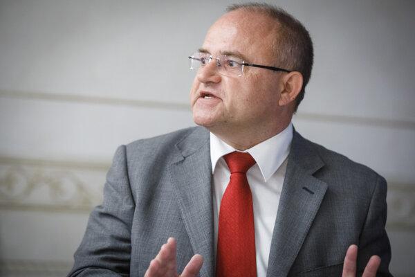 Podpredseda strany SPOLU Jozef Mihál počas verejnej prezentácie hnutia Progresívne Slovensko (PS) a strany SPOLU - občianska demokracia, na ktorej predstavili svoj návrh dôchodkovej a odvodovej reformy.