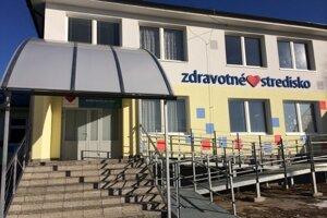Valalické zdravotné stredisko pôsobí vďaka zatepleniu fasády moderne.
