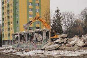 Posledný múr z prízemia bytovky.