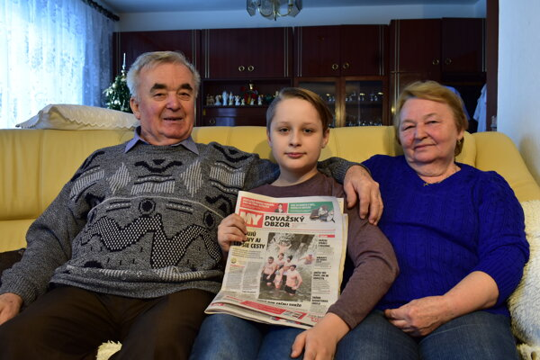 Starí rodičia Dvorščíkovci z Praznova s vnukom Damianom.