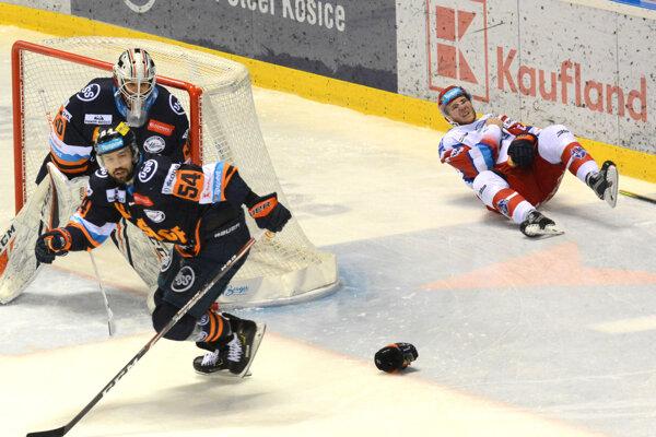 Smolný moment v druhej tretine. F. Vrábeľ (vpravo) si po narazení na mantinel vykĺbil rameno.