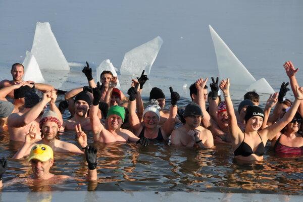 Otužilci sa v studenej vode cítia výborne.