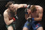 Conor McGregor (vľavo) a Donald Cowboy Cerrone v súboji UFC.