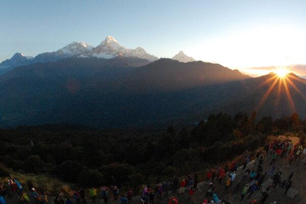 Turisti pozorujú východ slnka nad Annapurnou. Ilustračná fotografia.