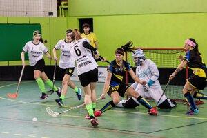 Momentka zo zápasu florbalovej Hyundai extraligy žien MKŠS FBK Kysucké Nové Mesto – ŠK 98 Pruské.