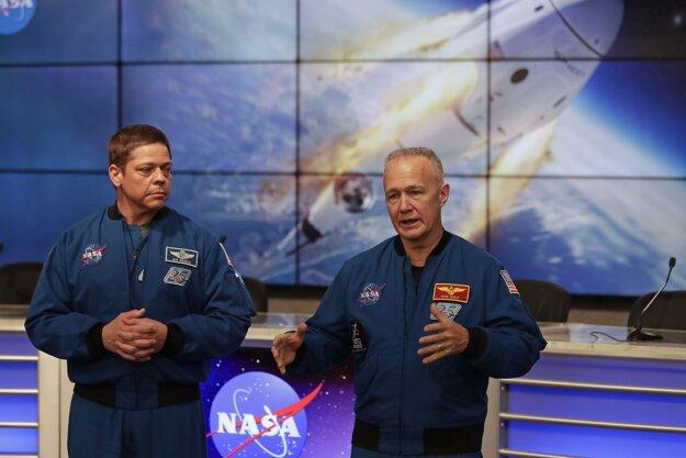 Astronauti Bob Behnken (vľavo) a Doug Hurley, ktorí ako prví poletia v kapsule Crew Dragon.