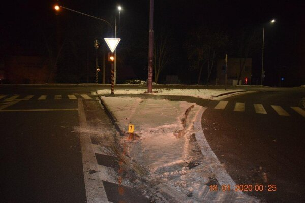 Opitý vodič vrazil do stĺpa verejného osvetlenia.