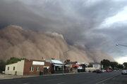 Viaceré mestá v Novom Južnom Walese zasiahla prachová búrka. Kúdoly prachu a piesku zahalili oblohu.