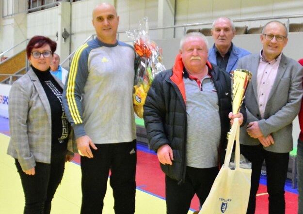 Zľava: primátorka Alexandra Gieciová, brankár Jacoviec Patrik Sako, tréner Jacoviec Róbert Mrúz, Jozef Just a hlavný organizátor Oto Hodál.