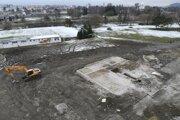 Po zbúranej bytovke na Mukačevskej zostala iba základová doska.