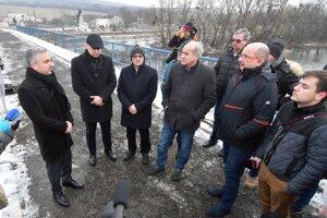 Vľavo predseda Košického samosprávneho kraja (KSK) Rastislav Trnka v diskusii s obyvateľmi.