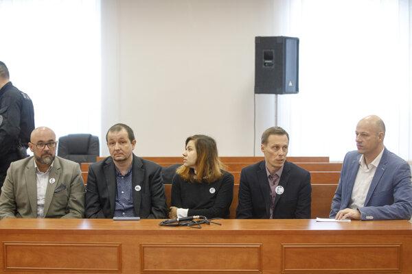 Zľava šéfredaktor portálu Aktuality.sk Peter Bárdy, redaktori Ján Petrovič, Annamária Dömeová, Marek Vagovič a Dag Daniš pred začiatkom hlavného pojednávania.