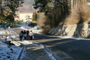 Na jednom z kritických úsekov v obci už stavajú chodník.