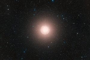 Červený nadobor Betelgeuze je jednou z najväčších známych hviezd. Jej zvláštne správanie koncom minulého roka zaujalo astronómov a opäť vzbudilo otázky, či sa hviezda nepremení na supernovu.