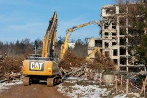 Búracie práce na stavenisku na Rázsochách.