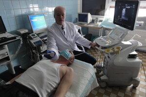 Primár neurológie Zoltán Jakubovich predvádza nový prístroj.